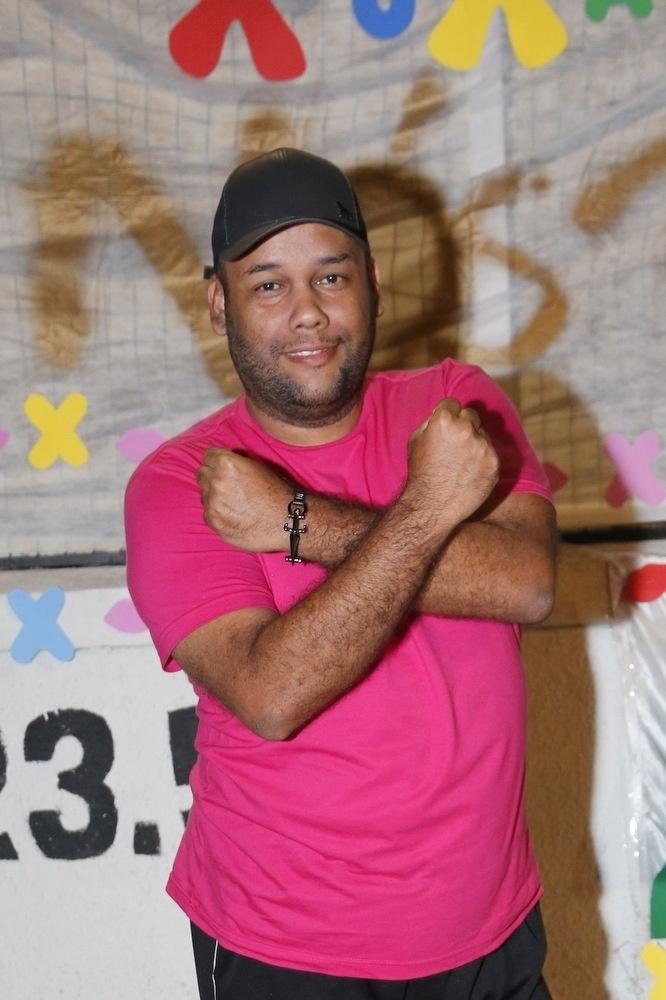 17.ago.2015- O fã André Vieira, de 33 anos, que está na porta do Recnov desde às 14 horas e veio de Recife para prestigiar a apresentadora