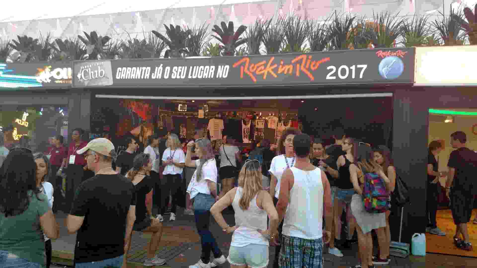 18.set.2015 - Fãs faz fila para a pré-venda do Rock in Rio 2017, com ingressos por R$ 79,90 para o festival que acontecerá dentro de dois anos. - Leonardo Rodrigues/UOL