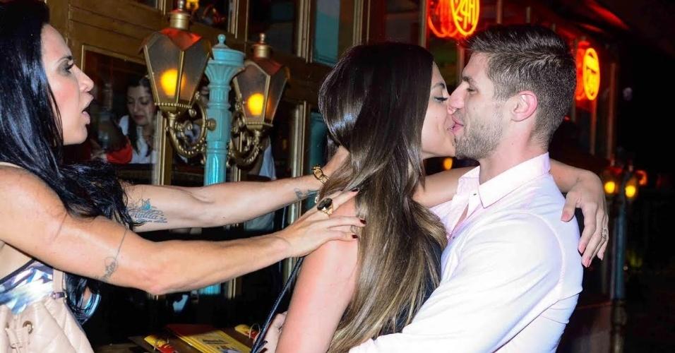 12.nov.2015 - Parece que o ex-BBB Jonas e A Mari Gonzalez estão começando um romance. Na noite desta quinta-feira, os dois foram juntos a um restaurante de São Paulo e se beijaram após um 'empurrãozinho' de Sheila Carvalho