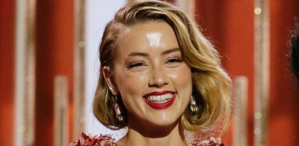 """Amber Heard ficou com a testa """"acesa"""" quando subiu ao palco do Globo de Ouro 2016 - Getty Images"""