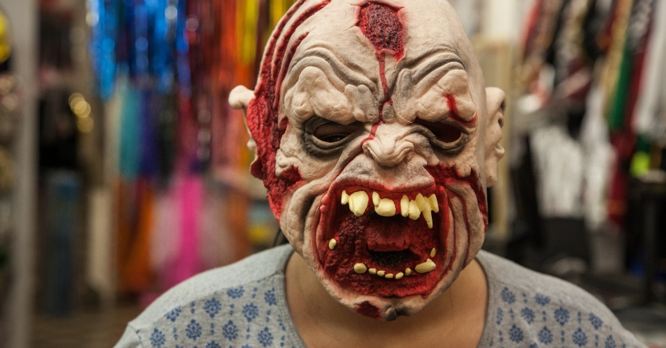 A máscara de monstro com tiro na testa custa R$ 56 na loja Puppet´s (Rua 25 de Março, 641 L10 ? Centro/SP)