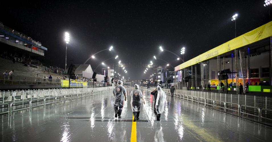 5.jan.2015 - Sambódromo do Anhembi muito molhado momentos antes do primeiro desfile do Grupo Especial