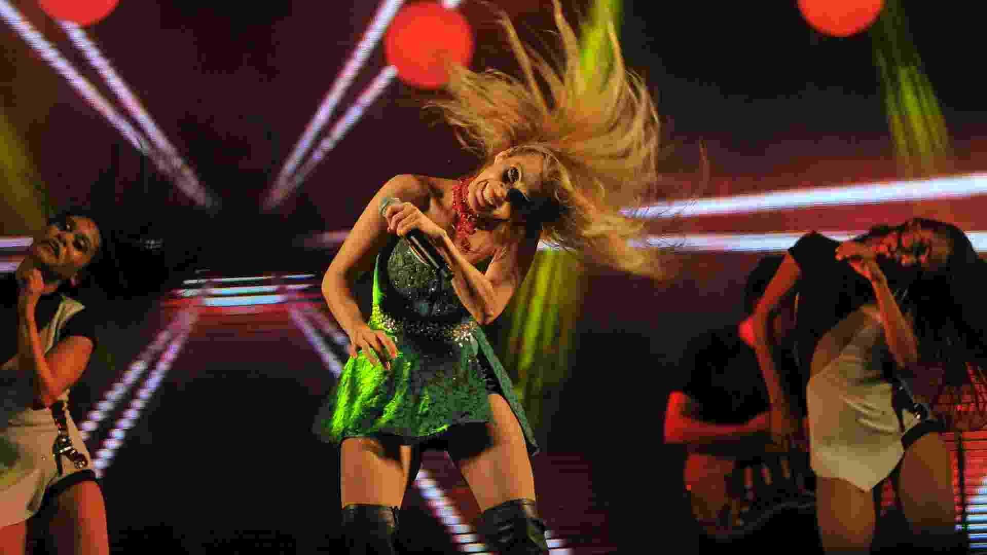 13.mai.2016 - Acompanhada de suas dançarinas, Joelma faz mais uma vez o passo bate cabelo, uma de suas marcas no palco - Reinaldo Canato/UOL