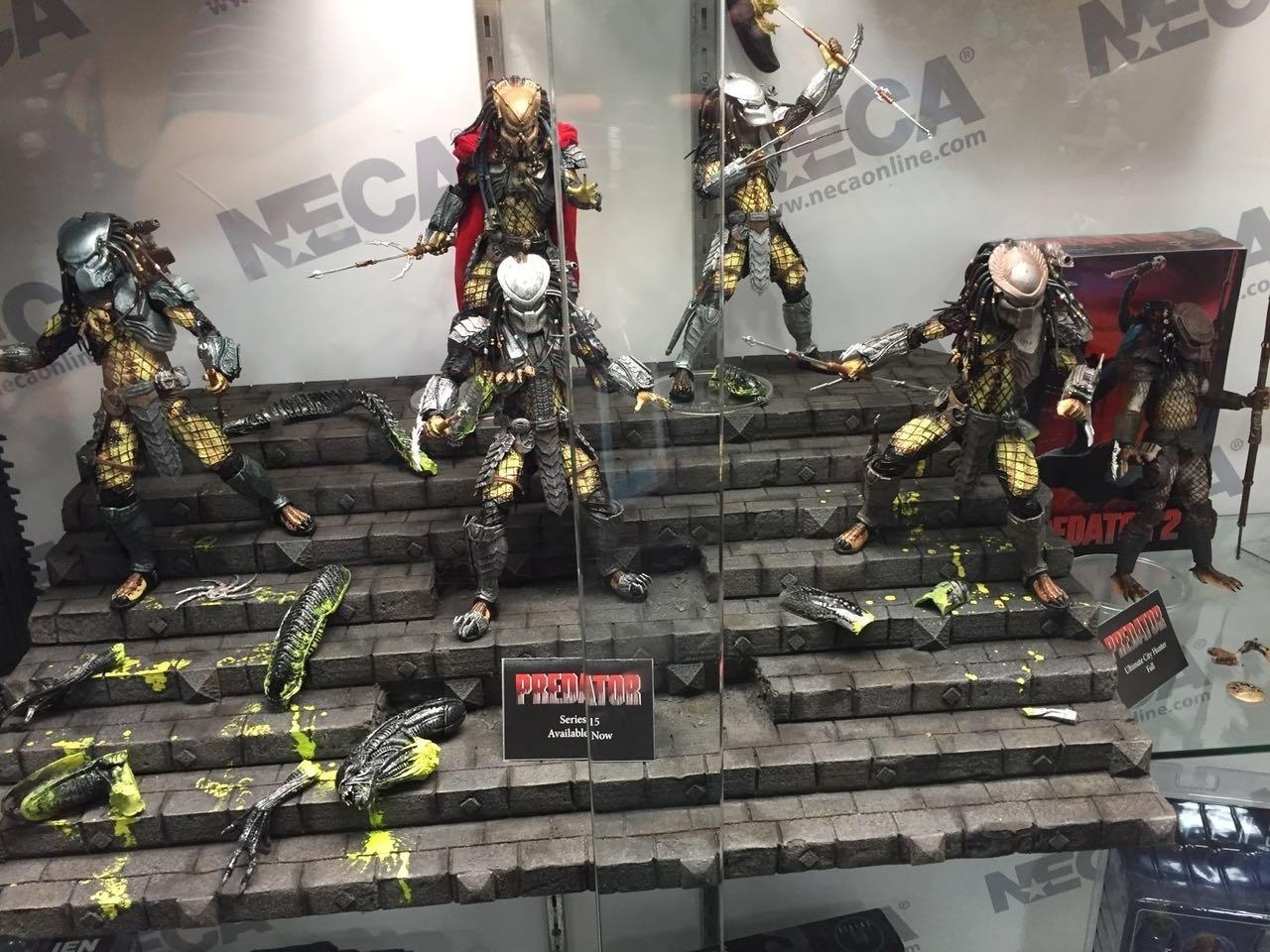 Quem montou essa vitrine de bonecos claramente torce para o time Predador - olhe os pedaços de um Alien espalhados