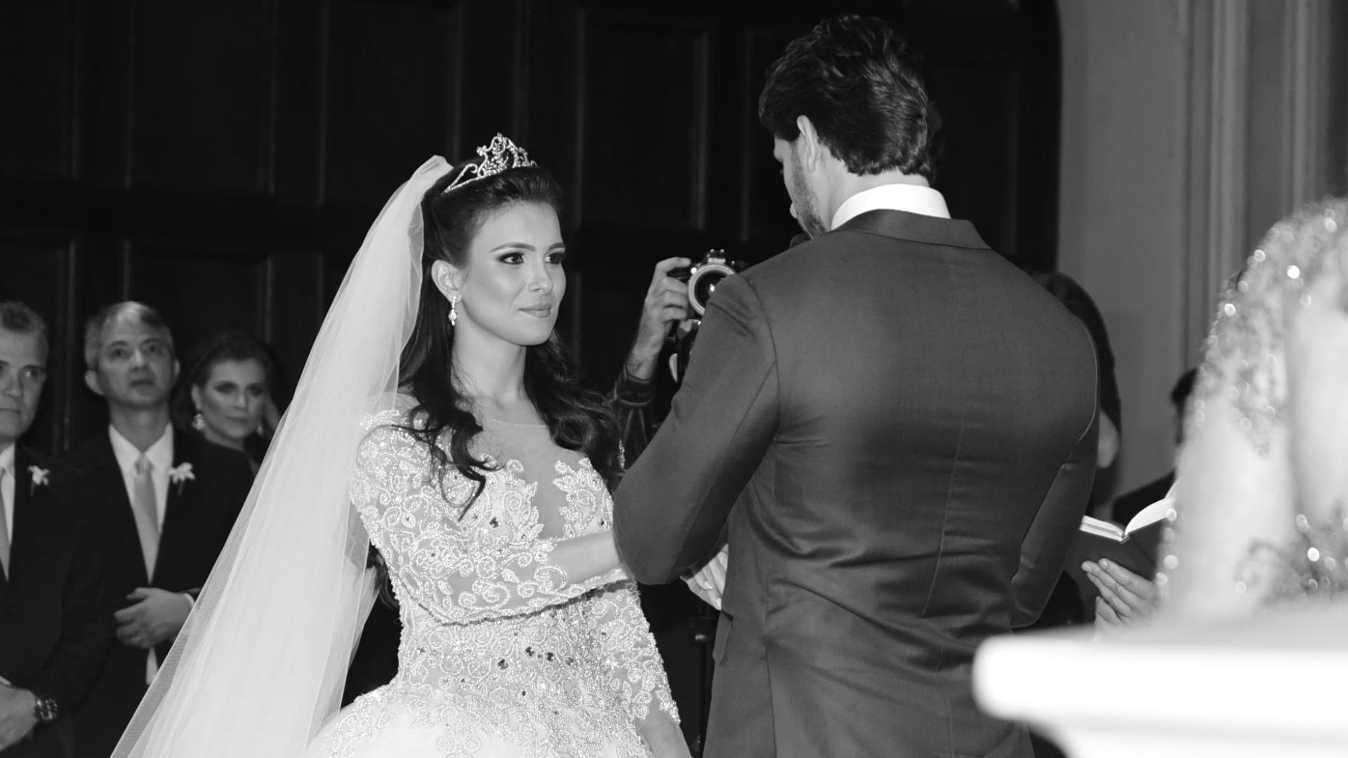 4.set.2016 - Kamilla Salgado e Eliéser Ambrósio trocam alianças na capela da PUC-SP. Os ex-BBBs se casaram na tarde deste domingo em uma cerimônia religiosa. Kamilla e Eliéser se conheceram na 13ª edição do reality show