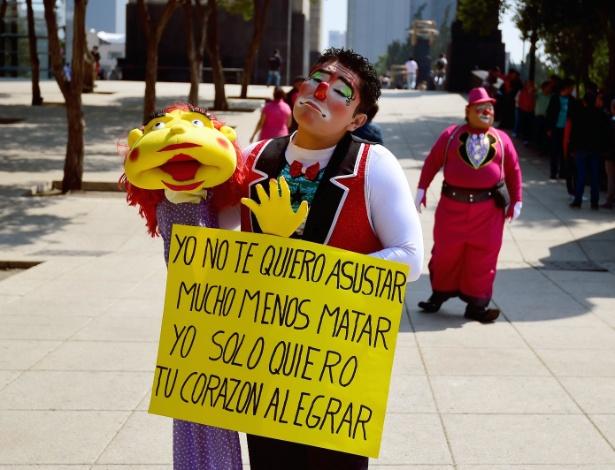 """19.out.2016 - Centenas de profissionais se reuniram na 21ª Convenção International de Palhaços no México: """"Não somos assassinos"""" - Alfredo Estrella/AFP"""