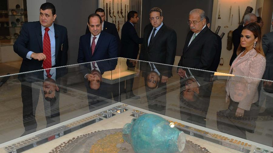 O presidente do Egito Abdel Fattah al-Sisi (2º à esq.) participa da reabertura do Museu de Arte Islâmica do Cairo - AFP Photo
