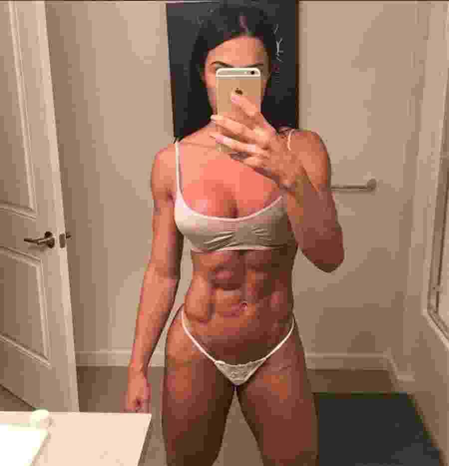 Aos 33 anos, Gracyanne Barbosa gosta de publicar no Instagram fotos e vídeos malhando na academia e alcança milhares de curtidas ao mostrar o resultado da malhação em fotos de frente para o espelho. A esposa de Belo gosta também de ousar em poses sensuais na rede social só de lingerie - Reprodução/Instagram