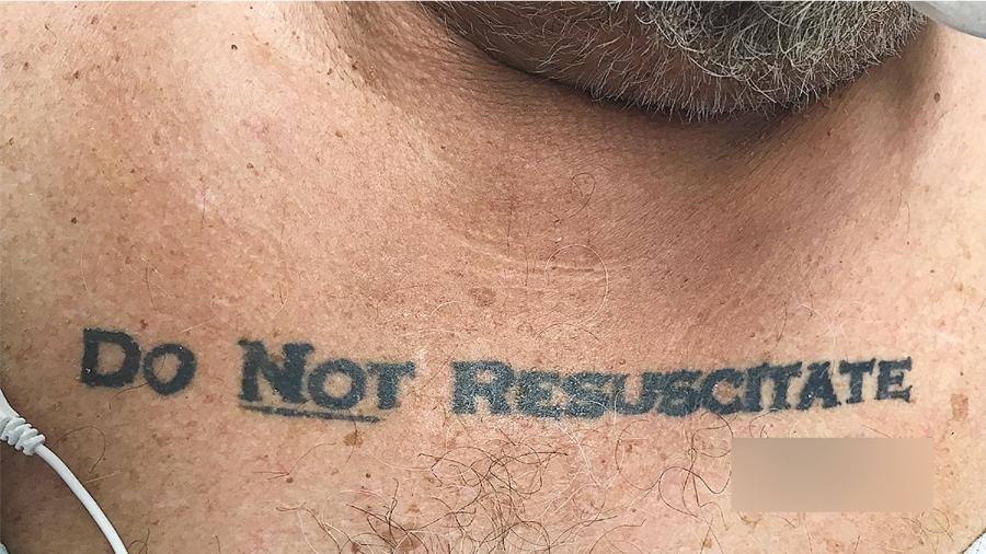 """Homem de 70 anos deu entrada em um hospital de Miami, nos Estados Unidos, insconsciente com uma tatuagem """"não ressucite"""" - Reprodução/""""The New England Journal of Medicine"""""""