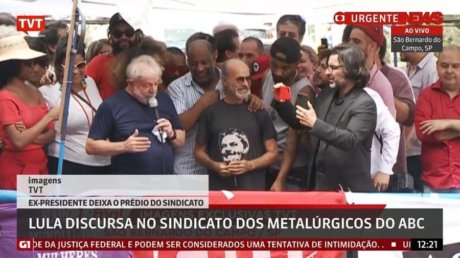 O ator Osmar Prado discursa ao lado de Lula em ato em frente ao Sindicato dos Metalúrgicos em São Bernardo do Campo (SP) - Reprodução/GloboNews