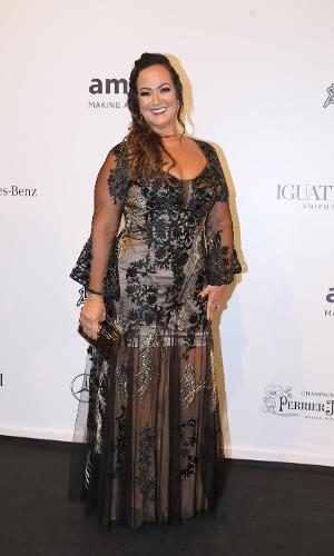 Nadine Santos, mãe do jogador Neymar, investiu em um preto com transparência, outro look tendência