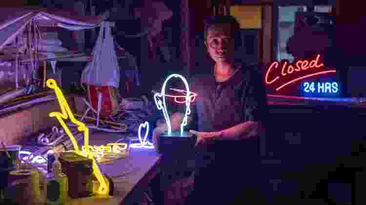 O fabricante de neon Wu Chi-kai é um dos últimos artesãos do tipo em Hong Kong - Philip Fong/AFP Photo - Philip Fong/AFP Photo