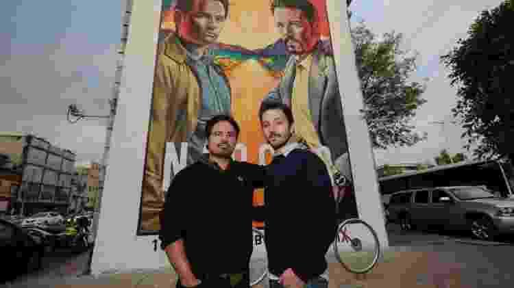 Os atores Michel Peña (esquerda) e Diego Luna personificam os agentes Enrique Camarena e o mafioso Miguel Ángel Félix Gallado - Getty Images - Getty Images