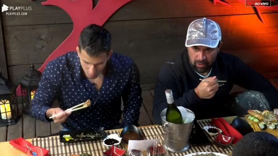 Evandro Santo conversa com Felipe Sertanejo e Caique Aguiar durante jantar japonês - Reprodução/PlayPlus