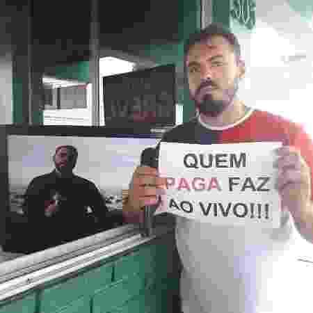 O jornalista Wadson Correia, em greve, protesta contra reportagem exibida como se fosse ao vivo - Reprodução / Instagram