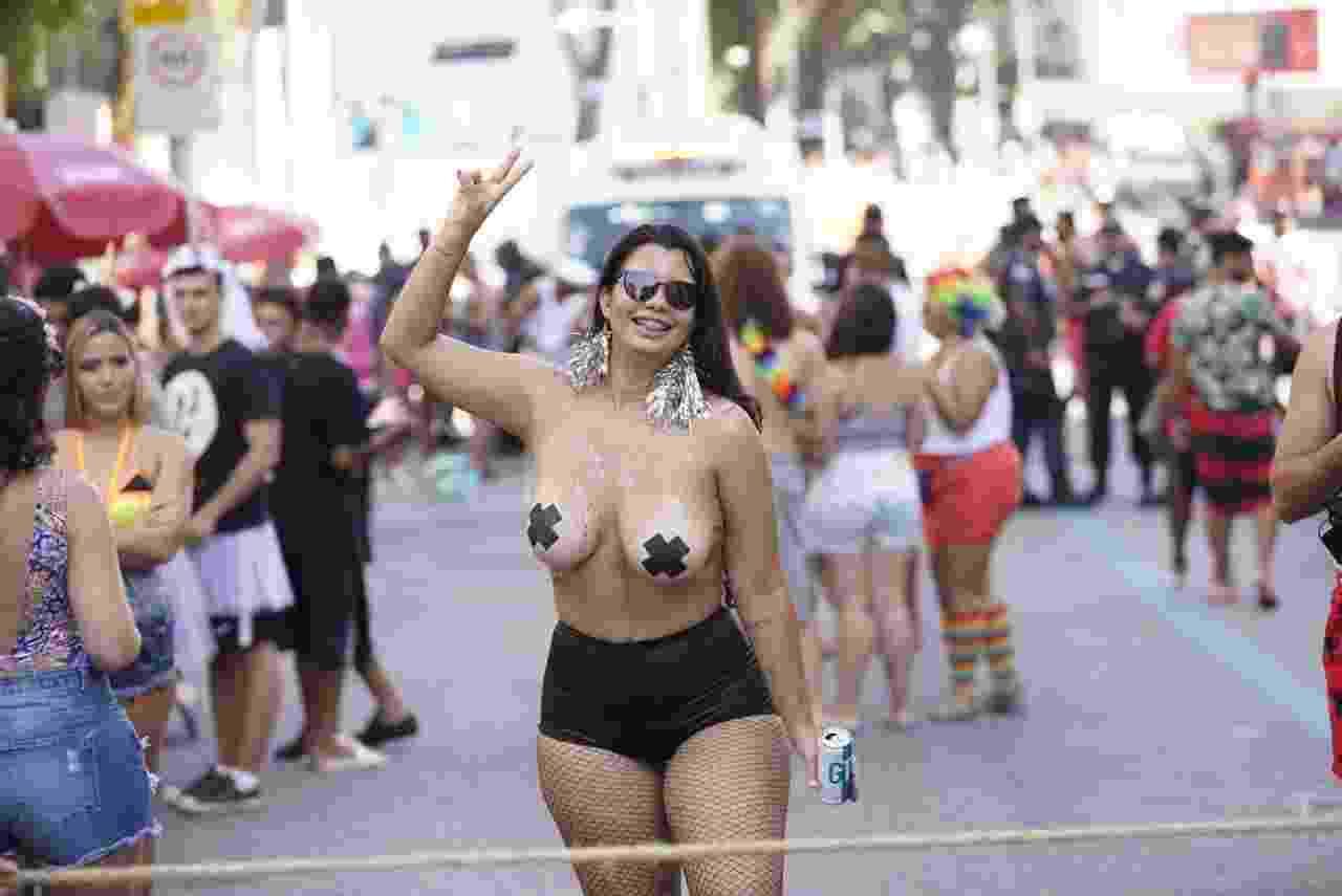 Foliona cobre os seios com fita isolante no bloco Chora, me Liga, que acontece no centro do Rio de Janeiro - Ricardo Borges/UOL