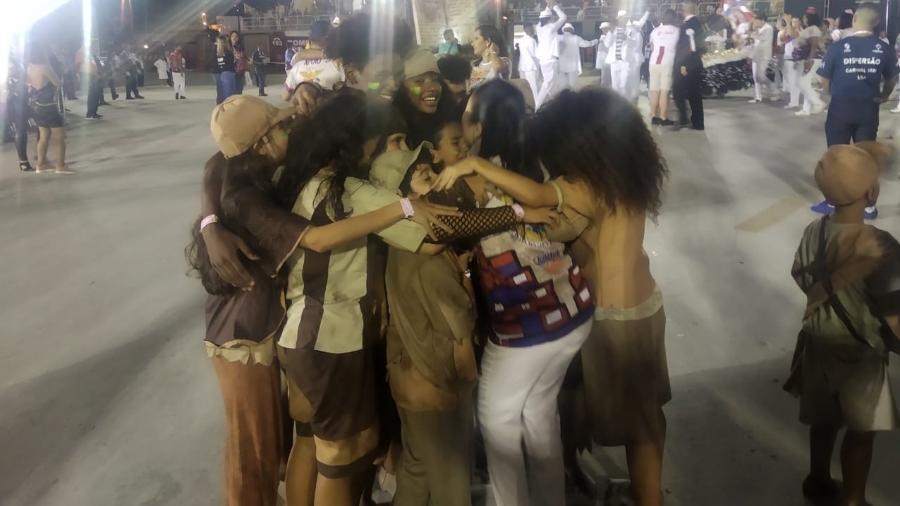 Crianças se emocionam após desfile da União da Ilha, no Rio - Igor Mello/UOL