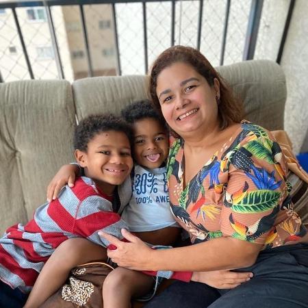 Cézar, de 4 anos, e o irmão Heytor, quase 9, foram avisados pela mãe, Flávia Máximo, que que terão uma nova rotina e precisarão se proteger bastante para sair de casa - acervo pessoal