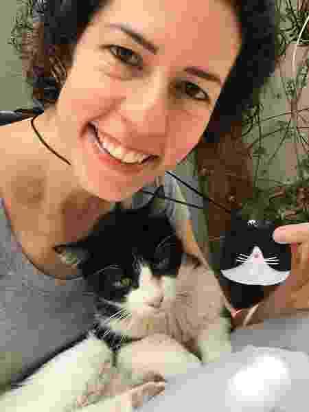 Beatriz com Mercvrivs, seu primeiro gato - Arquivo pessoal - Arquivo pessoal
