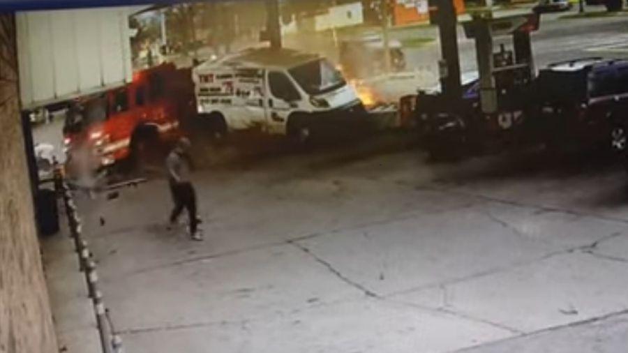 Caminhão de bombeiros colidiu com SUV e atingiu bomba de combustível - Reprodução/Youtube