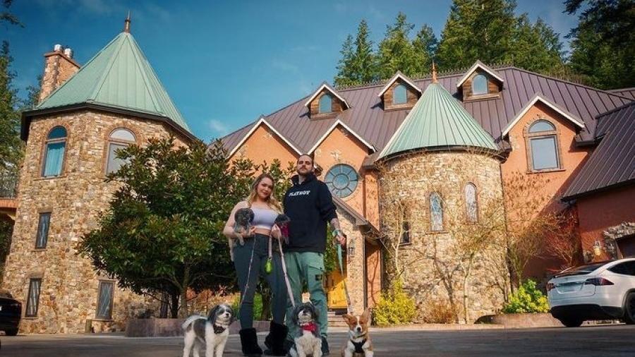 Mia Malkova em frente ao castelo em Portland, nos Estados Unidos - Reprodução/Instagram