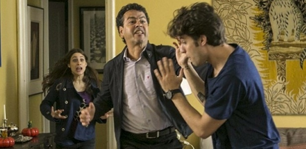Aderbal flagra Rafael e Laís dormindo lado a lado e se enfurece