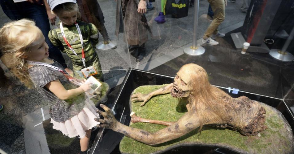 """10.jul.2915 - Crianças olham uma estátua de um zumbi de """"Walking Dead"""" no 2º dia da San Diego Comic-Con"""