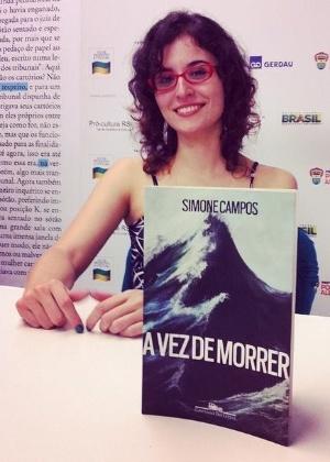 """A escritora Simone Campos e seu livro """"A Vez de Morrer"""" - Camila von Holdefer/Reprodução/Facebook"""