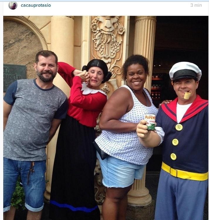 """2.ago.2015- Em lua de mel na Disney (EUA), Cacau Protásio brinca ao encontrar Popeye e Olívia Palito: """"Trocando idéias como manter um casamento a tantos anos"""""""