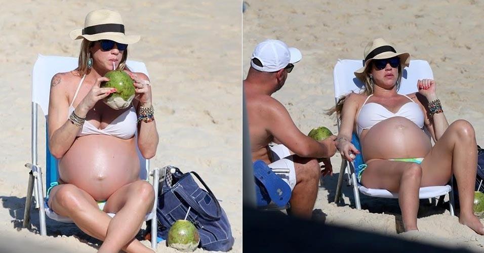 12.ago.2015 - Grávida de nove meses, Luana Piovani toma sol na praia  de Ipanema acompanhada de uma turma de amigos