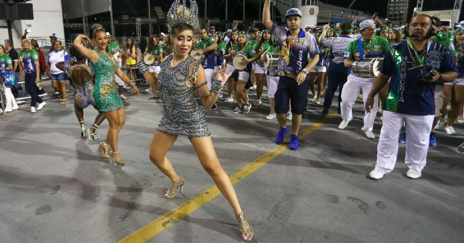 17.jan.2016 - A rainha da bateria Bruna Fonseca samba durante ensaio técnico da Unidos de Vila Maria, que aconteceu na noite de sábado (16).