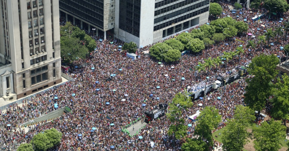 06.fev.2016 - Multidão segue o desfile do bloco Cordão da Bola Preta, na região central do Rio de Janeiro.