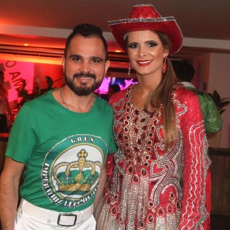 Luciano ao lado da mulher, Flávia Fonseca, em camarote na Sapucaí - Anderson Borde / AgNews