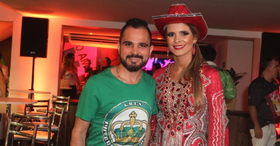 13.fev.2016 - Luciano, que faz dupla com Zezé Di Camargo, ao lado da mulher, Flávia Fonseca, em camarote na Sapucaí