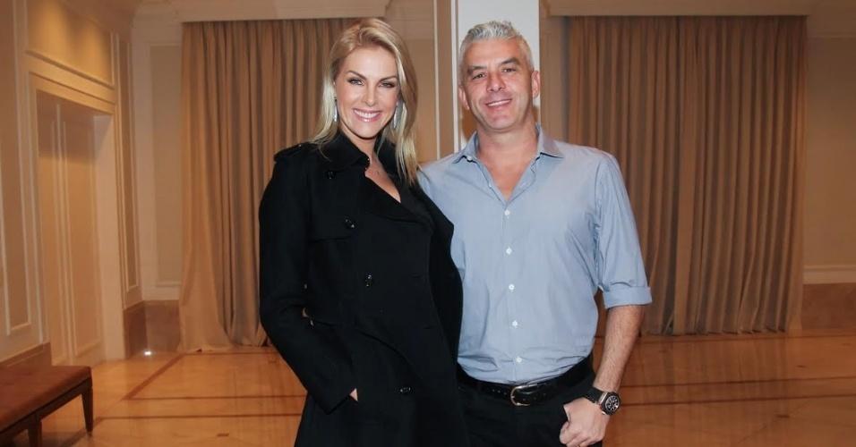 16.jun.2016 - Ana Hickmann e o marido, Alexandre Côrrea, posam para fotos durante o aniversário de TIciane Pinheiro