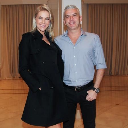 16.jun.2016 - Ana Hickmann e o marido, Alexandre Côrrea, posam para fotos durante o aniversário de TIciane Pinheiro - Manuela Scarpa/ Brazil News