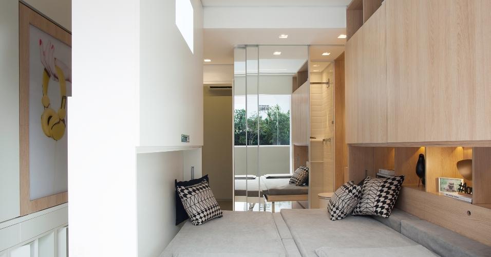 Para explorar ao máximo a área de 14 m² do apartamento, a arquiteta Consuelo Jorge idealizou uma parede/ estante de MDF (à esq.) que se movimenta a partir de trilhos fixados na laje. Conforme a posição, a divisória revela o quarto (foto), onde é possível montar uma cama de casal, ou a sala de jantar e o escritório