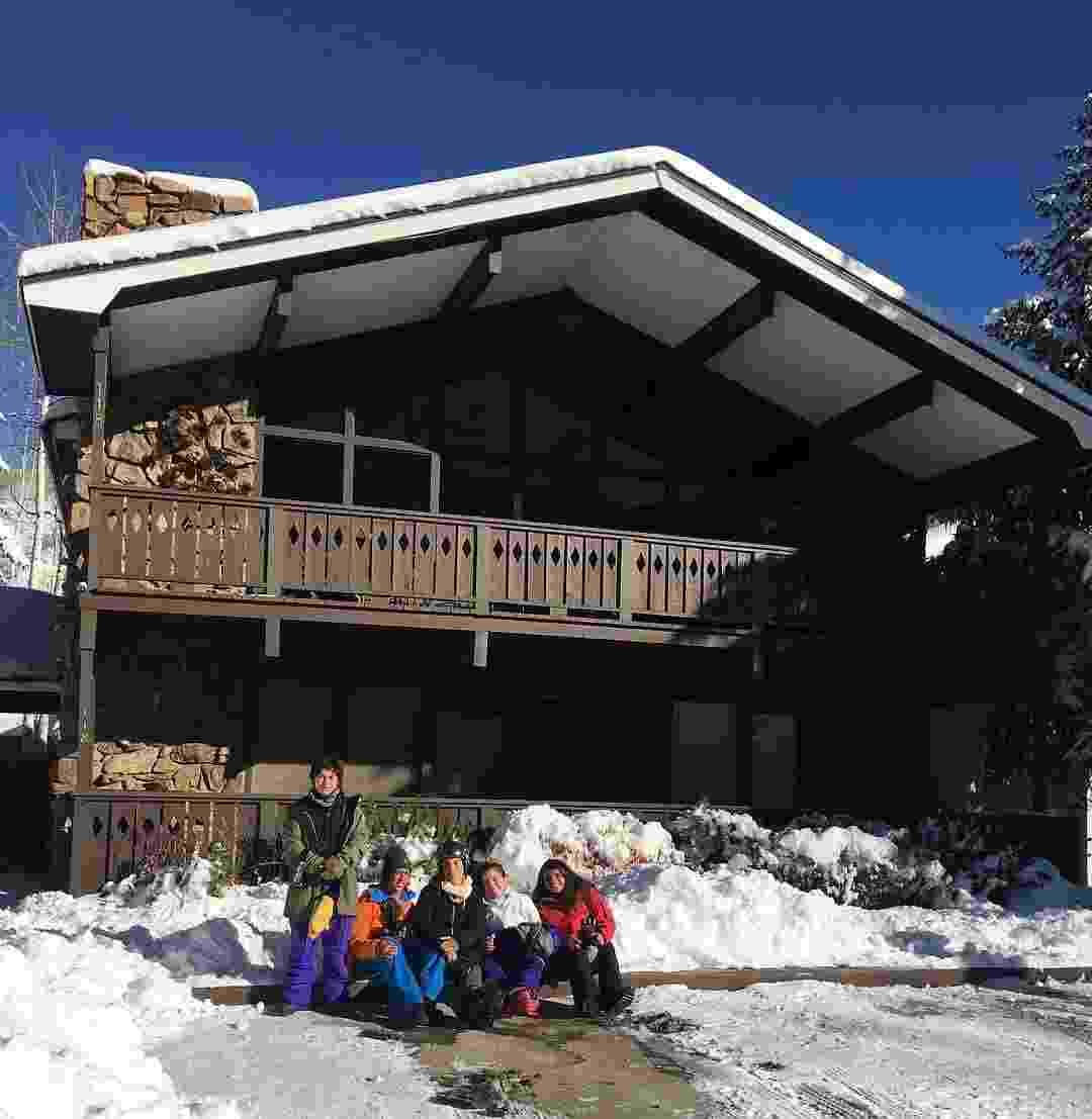 Ivete posa com a família em frente a casa em Aspen, nos Estados Unidos - Reprodução/Instagram/ivetesangalo