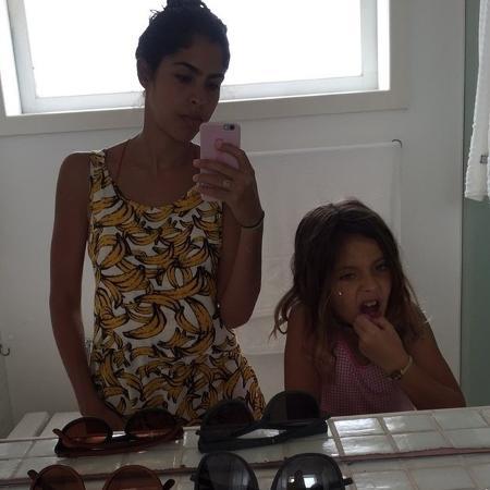 Bela Gil postou em seu Instagram um vídeo com a filha, Flor, escovando os dentes com argila - Reprodução/Instagram