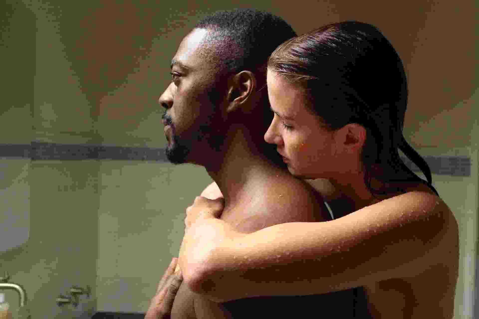 """Burton (David Ajala) e a mulher de vermelho (Anna Wood) em cena de """"Falling Water"""" - Divulgação"""