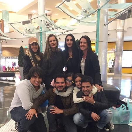 Zezé e Luciano se encontram em Orlando e reúnem a família em foto publicada no Instagram - Reprodução/Instagram/camargoluciano