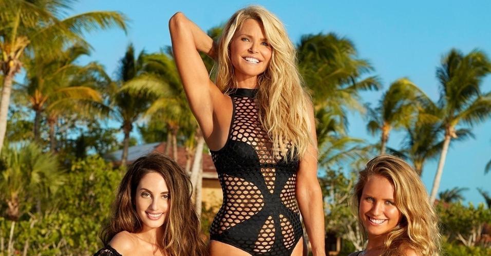 """Aos 63 anos, a supermodelo Christie Brinkley surpreendeu o mundo ao posar em trajes de banho para a revista """"Sports Illustrated"""" ao lado das filhas Alexa, 31, e Sailor, 18"""
