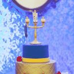 Aqui, quem se destaca na decoração é o candelabro Lumiere, bem no topo do bolo, além do bule Madame Samovar e de seu filho, a xícara Zip - Reprodução/Pinterest