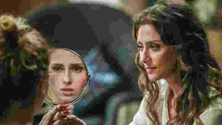 Joyce (Maria Fernanda Cândido) maquia Ivana (Carol Duarte)  - Mauricio Fidalgo/Globo - Mauricio Fidalgo/Globo