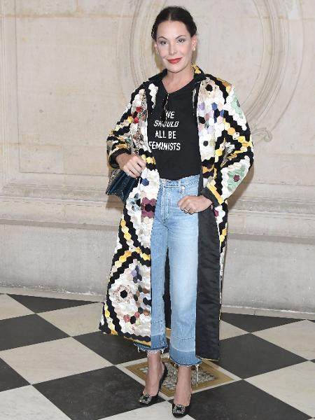 Carolina Ferraz usa camiseta feminista da Dior na Semana de Moda de Paris - Getty Images