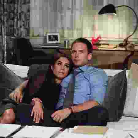 Meghan Markle e Patrick J. Adams em cena da série Suits - Divulgação