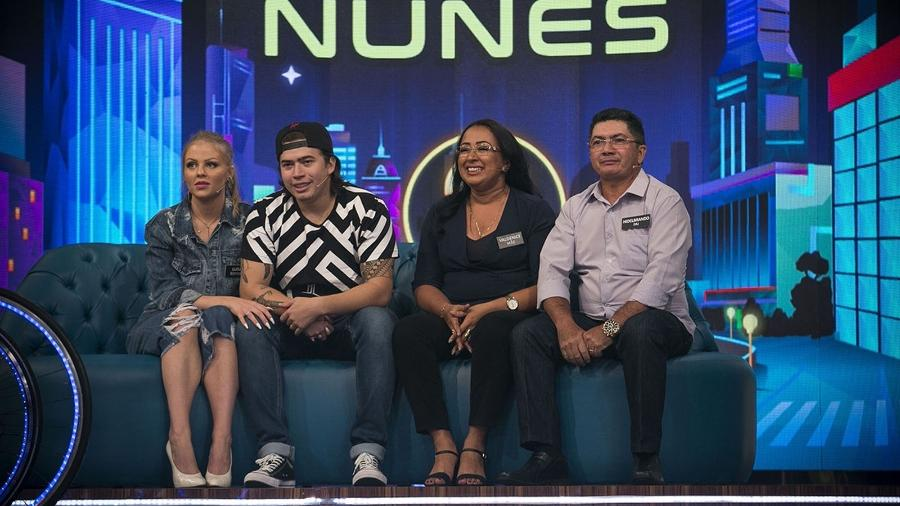 """Whindersson Nunes com a mulher, a mãe e o pai no """"Tamanho Família"""" - Reprodução/TV Globo"""
