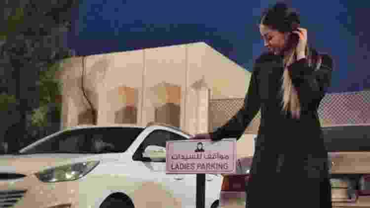 Gabriela Delfino mostra espaço em estacionamento para mulheres em Al Khobar, na Arábia Saudita - Gabriela Delfino/Pra Lá de Bagdá - Gabriela Delfino/Pra Lá de Bagdá