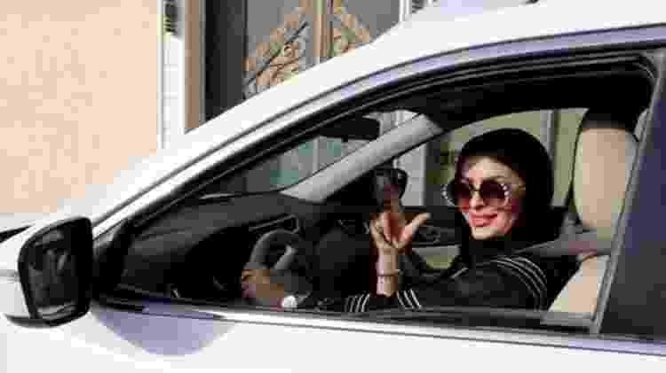 Tão logo a proibição foi retirada, mulheres como Huda al-Badri, de 30 anos, posaram para fotos atrás do volante - EPA - EPA