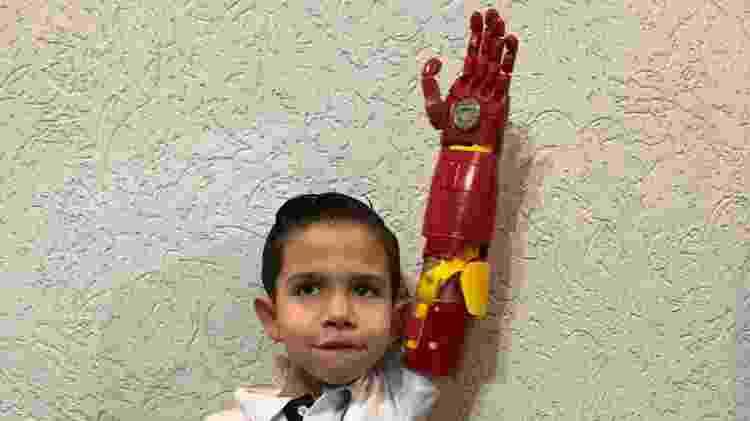 Braço mecânico ajudou a aumentar a autoestima do menino de seis anos - Arquivo pessoal - Arquivo pessoal
